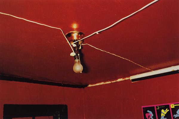 """Uma das suas obras mais conhecidas realizadas pelo processo """"Dye-transfer"""", """"The Red Ceiling"""", também conhecida como """"Greenwood"""", Mississippi, 1973."""